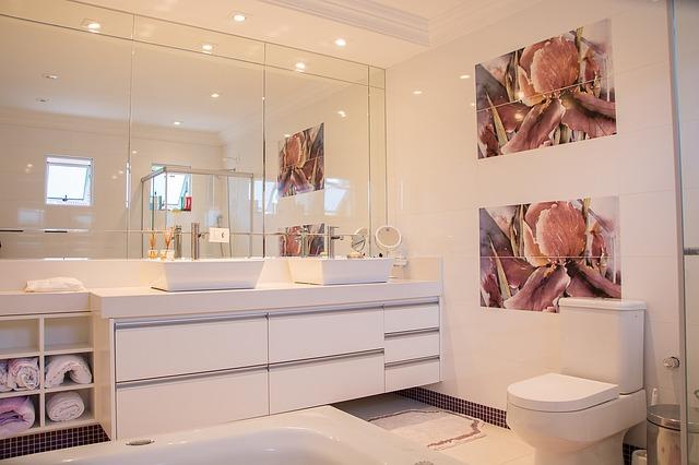 Come arredare un bagno lungo e stretto usando i colori
