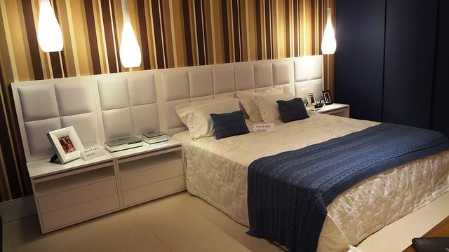 pareti a righe in camera da letto