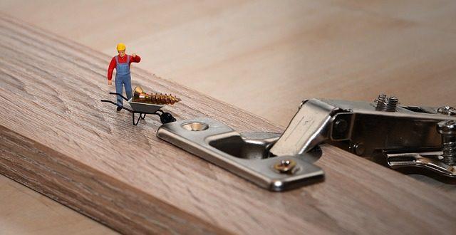 Come rivestire un armadio con la carta adesiva per mobili for Rivestire mobili con carta adesiva